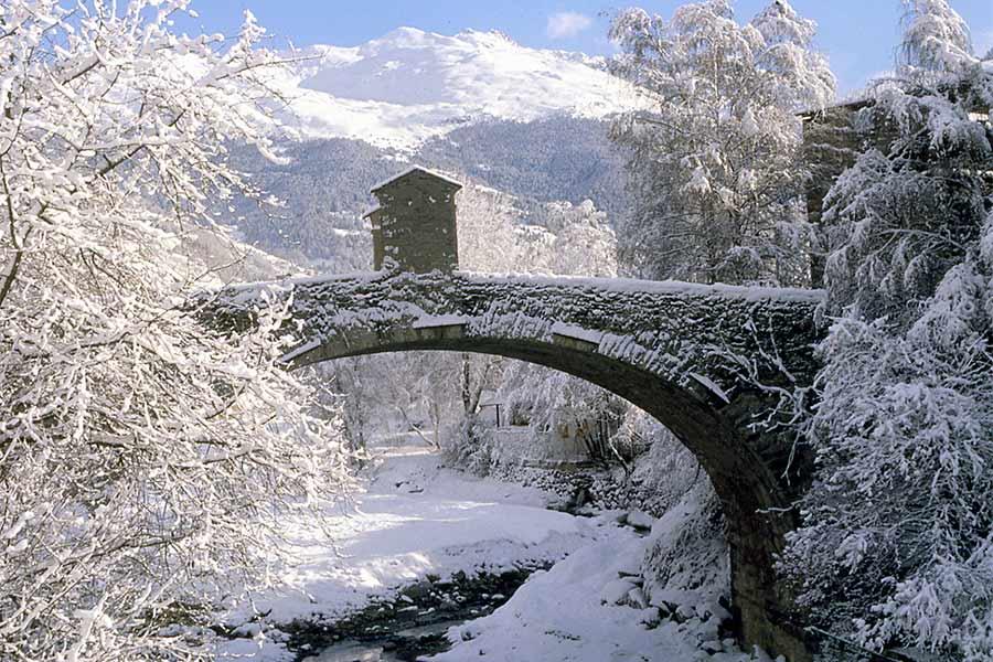 Un ponte della città durante la stagione invernale}