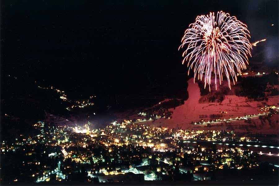 I festeggiamenti con i fuochi d'artificio in una serata a Bormio}